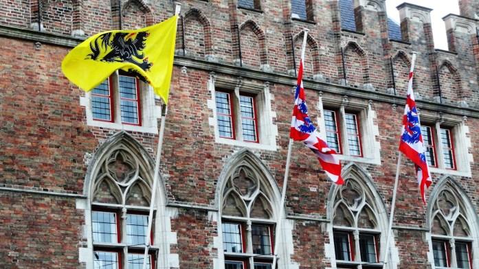 Bruges - Markt - Drapeaux