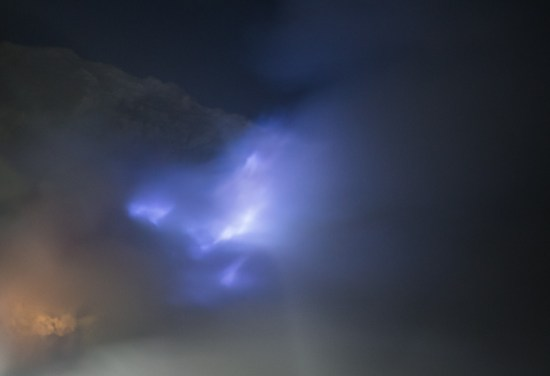 Kawah Ijen - flammes bleues, derrière la fumée