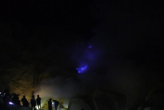 Kawah Ijen - touristes admirant les flammes bleues
