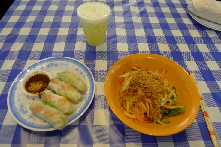 Spring rolls et papaya salad au stand South Viet