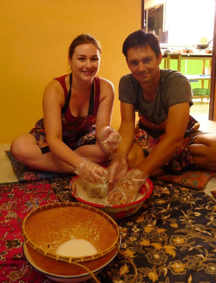Préparation du lait de coco, à la main.