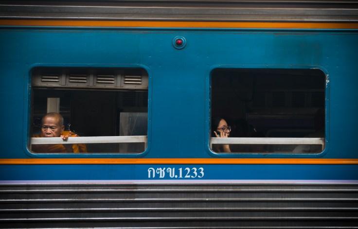Les moines aussi attendent leur train