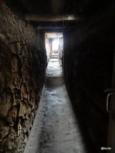Vu du tunnel en pierre dans une maison rurale islandaise qui communique deux habitations