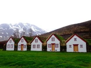 Succession de maisonnettes rurales islandaises au village de Laufàs