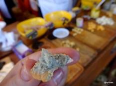 Premier plan fromage bleu, dégustation lors d'un marché de noël