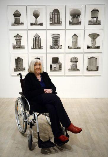 Hilla Becher en 2014, devant ses oeuvres. HENNING KAISER / AFP