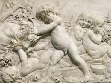 Edme Bouchardon, Enfants mangeant des raisons et jouant avec un bouc, allégorie de l'Automne, vers 1750, marbre, Paris, musée du Louvre.