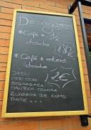 """pizarra con ofertas de desayunos en """"La Andaluza Low Cost"""""""