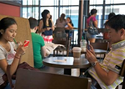 Pareja utilizando sus móviles a la vez en un restaurante