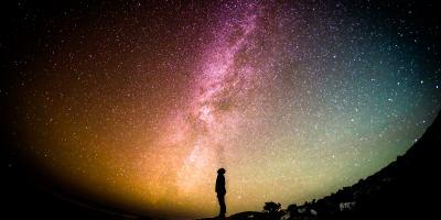 Hombre contemplando el cielo estrellado
