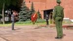 Tino Chrupalla legt einen Kranz am Grab des unbekannten Soldaten auf dem Roten Platz nieder