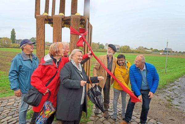 Übergabe des Kunstwerks mit Efi-Gruppe, Stadtvertretern, Künstler und Sponsor