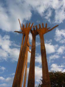 die Hände recken sich in den Grevener Himmel