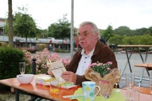 Foto Philipp Wachowiak liest in einem Buch