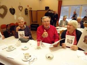 Foto Teilnehmer mit Reiseheft 2019 der Senioren-Initiative