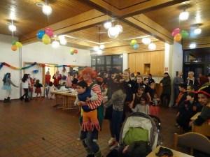 Foto: Fröhliche Polonaise durch den Gemeindesaal