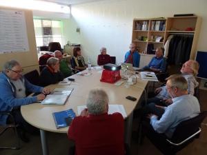 Foto der ersten Mitgliederversammlung des Tauschringes im Quartiersbüro