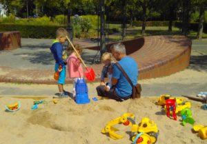 Foto Vater mit Kinder im Sandkasten