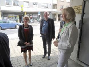 Bild: Besucher am Eingang