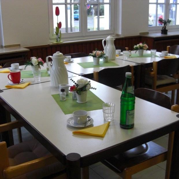 Der gedeckte Tisch wartet auf die ersten Gäste des Tages.