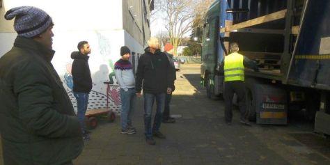 Helfende Hände beim Verladen der Spenden