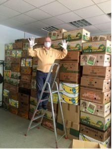 Rolf auf der Leiter vor gepackten Kartons, Foto: Netzwerk 55plus! Meerbeck