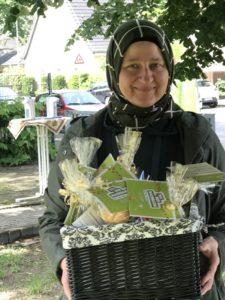 Hatice Kardas mit den Päckchen für die Nachbarn, Foto: Friedel Weber, Netzwerk55plus