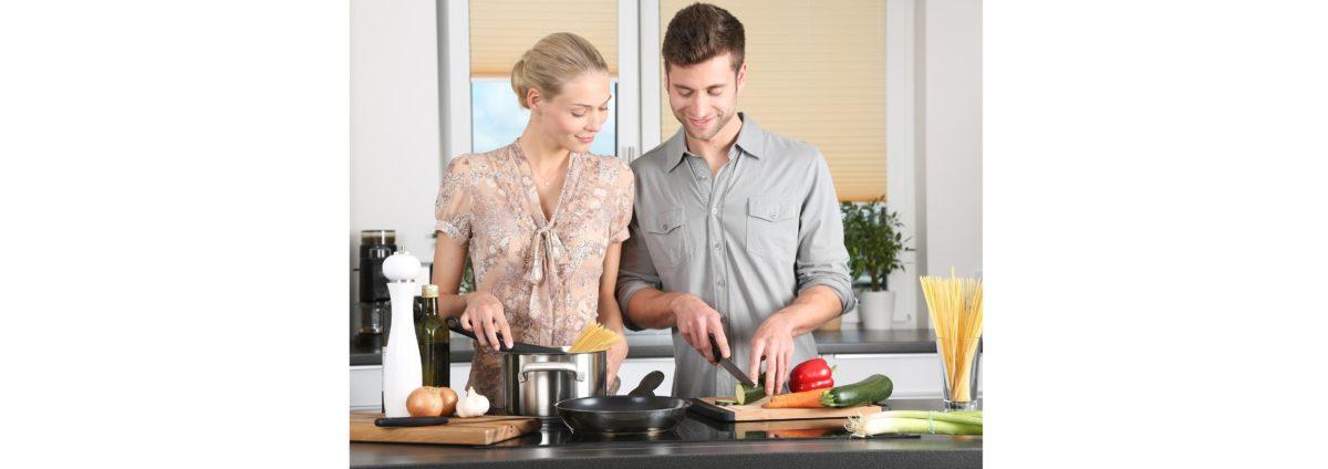 Frau und Mann beim kochen
