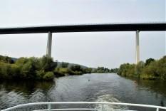 hoch über dem Kanal