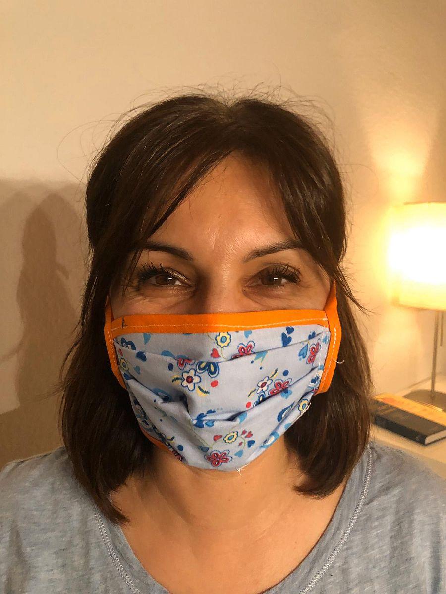 Symblbild: Frau mit selbstgenähter Mund-Nasen-Schutzmaske