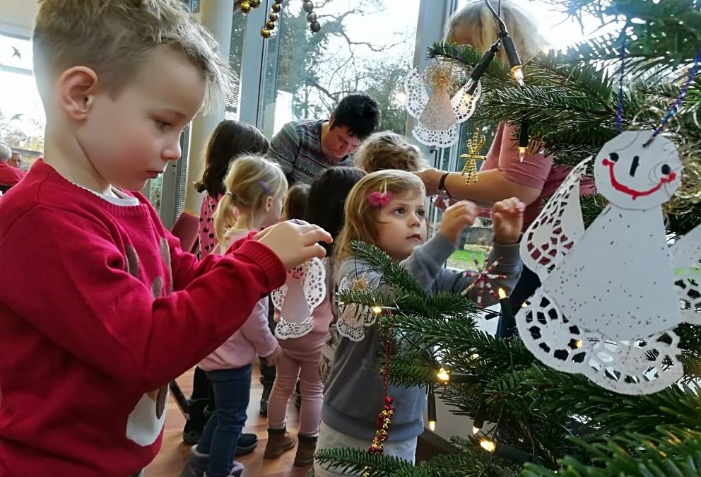 """Engel mit fröhlichen Gesichtern schmücken den Baum der Villa Friedlinde – """"Waldgeister"""" bastelten für das Lohmarer Begegnungszentrum"""