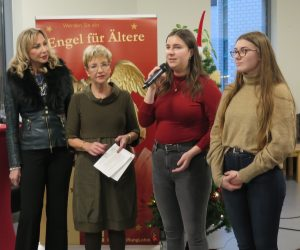 """Renate Krämer und Gabriele Willscheid, beide BürgerStiftungLohmar, waren überzeugt von dem Projekt """"Deutsch für Kinder mit Migrationshintergrund"""", dass die Schülerinnen des Lohmarer Gymnasiums, Melissa Wolf und Leonie Bruhn vorstellten."""