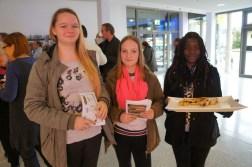 Realschülerinnen mit lecker Börek
