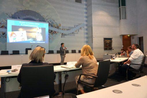 Änne Türke vom Regionalbüro moderiert das erste Treffen des Demenz-Netzwerks Rhein-Erft-Kreis