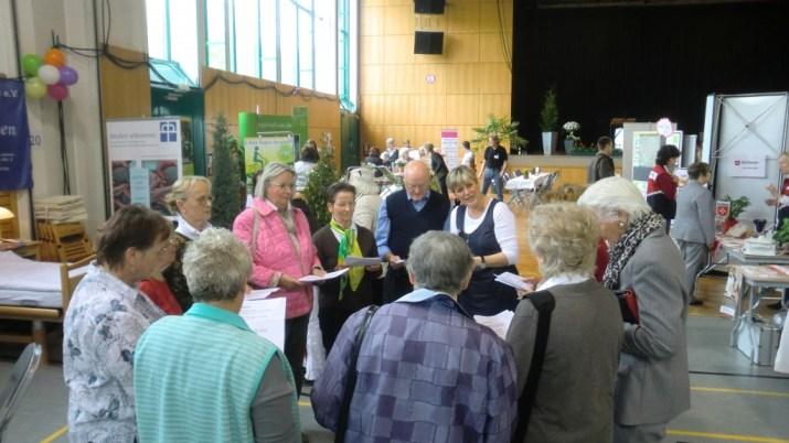 Das Foto zeigt eine Seniorengruppe in der Jabachhalle 2012, die sich gerade für eine Gesangseinlage vorbereiten. Foto: Franz König