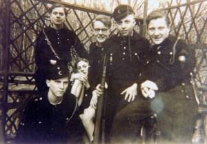 Hier ist Horst Heckmann mit seinen Kameraden am Schießstand zu sehen