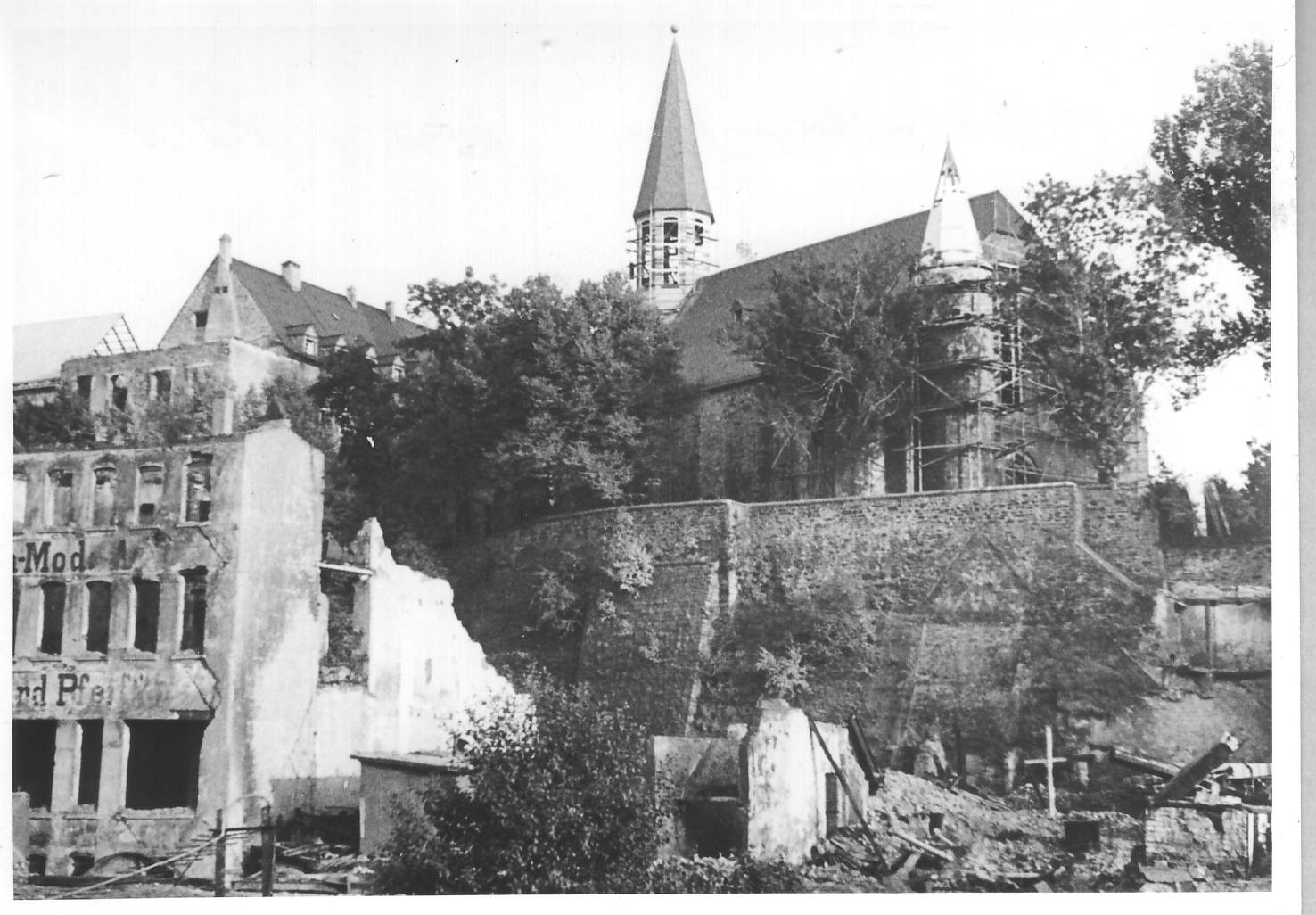 Wiederaufbau der zerstörten Martinikirche in Siegen. Im Bild: zerbombte Häuser, Kirche mit Baugerüst.