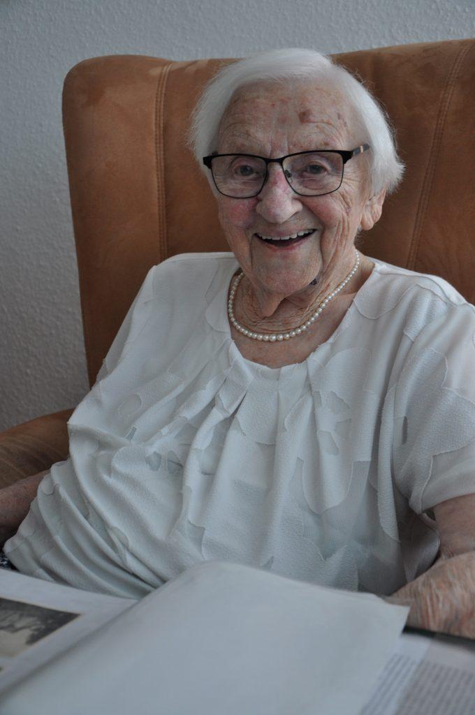 105jährige Seniorin in Sessel. Lachend.