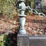 Geschmiedete Grabumrandung aus der Mitte des 20. Jahrhunderts. Historischer Friedhof auf dem Wellersberg in Siegen.