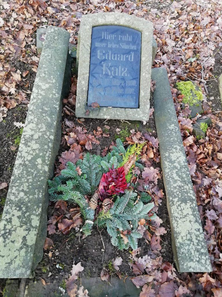 Kindergrab von 1907 mit Herbstschmuck. Historischer Friedhof am Wellersberg in Siegen.