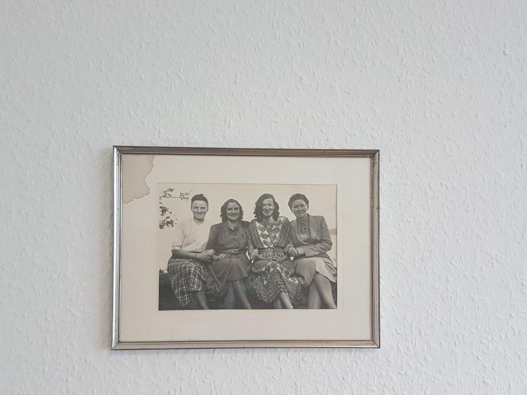 Ein historisches Foto in einem silbernen Rahmen. Das Foto zeigt vier junge Frauen in den 1940er Jahren