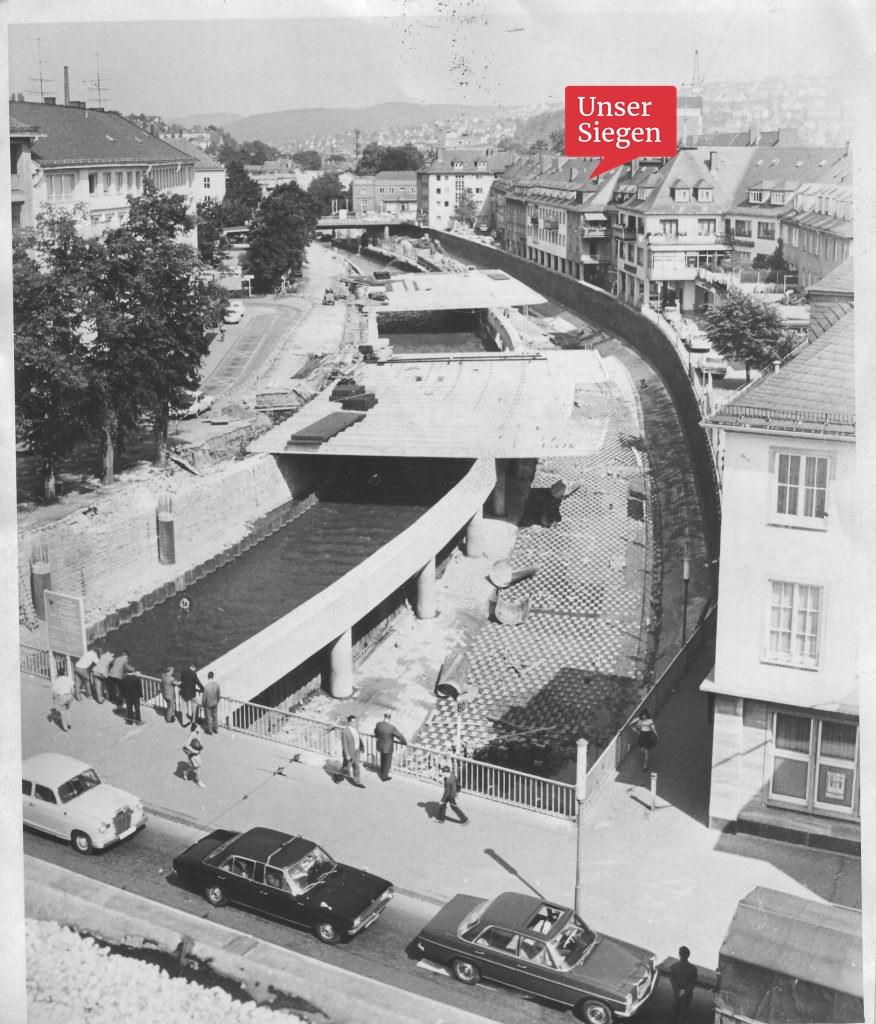 Blick von oben auf den Bau der Siegplatte 1967-69. Schwarz-weiß-Fotografie. Mit freundlicher Genehmigung des Stadtarchivs Siegen, Bestand 704, Fo 769.