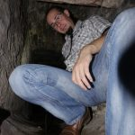 Markus Jung gebückt in altem Stollen.