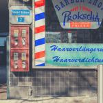 Zwei rote Kaugummiautomaten an einem Friseurgeschäft am Bahnhof in Siegen-Weidenau. Mit freundlicher Genehmigung von Dr. Michael Meinhard.