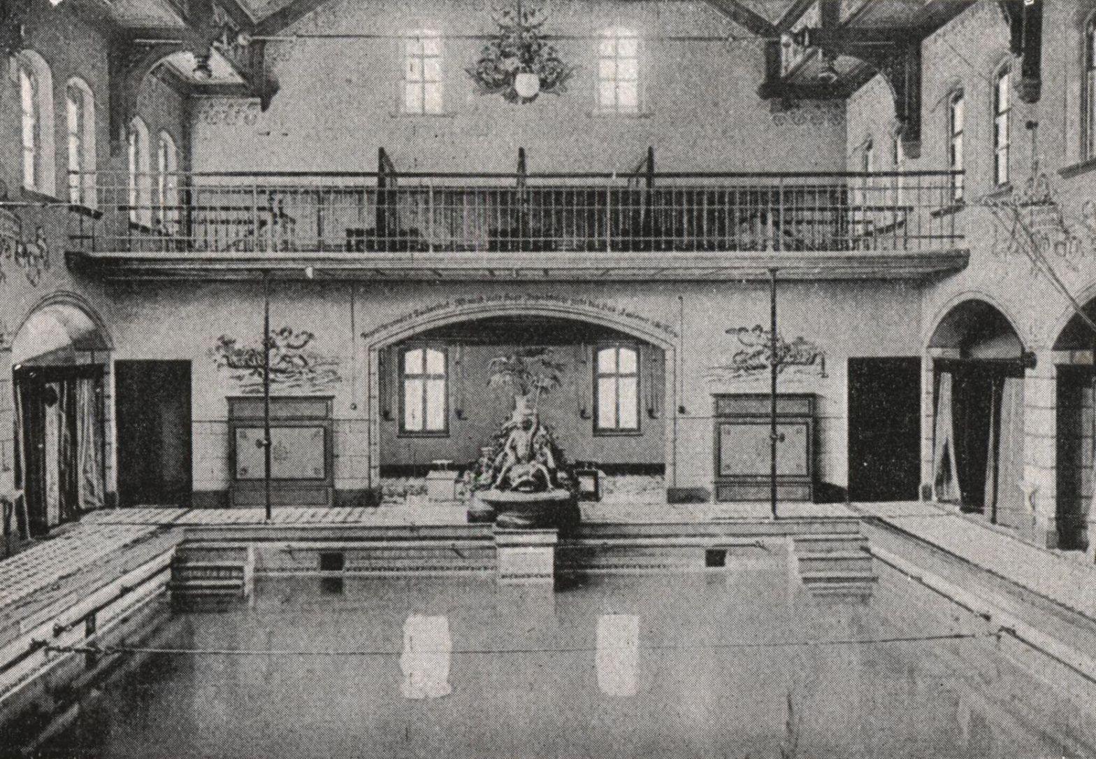 """Blick in das historische Siegener Stadtbad an der Sandstraße. Die Ansicht stammt aus der Publikation """"Führer durch Siegen"""" aus dem Jahr 1924"""