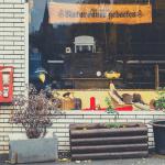 Roter Kaugummiautomat an der Hauswand eines Bäckers in Siegen-Eiserfeld. Mit freundlicher Genehmigung von Dr. Michael Meinhard.