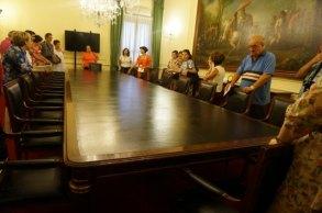 Interior de una de las salas del Palacio de Godoy. La mesa, según nos contaron en la visita, fue donde se firmó la Constitución Española