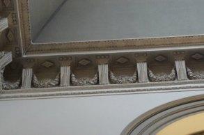 Detalle de la decoración de la escalera