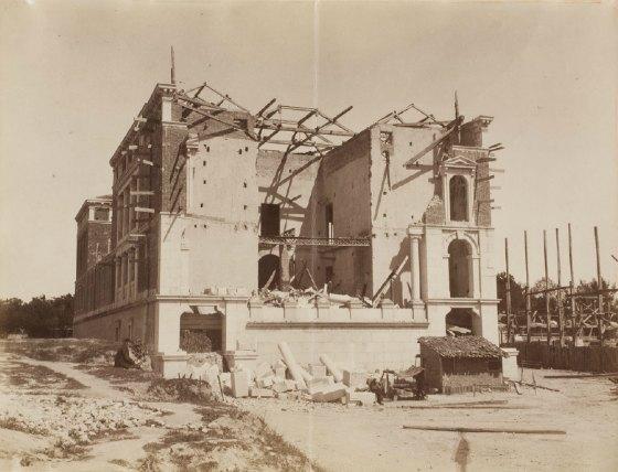 Foto del Casón del Buen Retiro tras el ciclón de 1886. Fotografía de la casa Laurent y Cia. Colección fotográfica del Museo del Prado. Fuente: https://www.flickr.com/photos/nicolas1056/7234657710