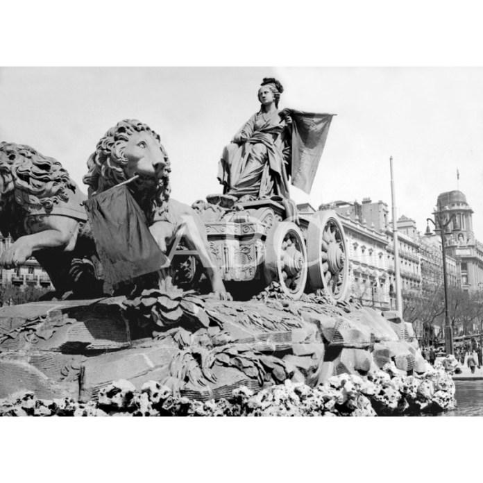Madrid, 14 de abril 1931. Madrid, 14/04/1931. Proclamación de la Segunda República. La Fuente de Cibeles adornada con banderas republicanas. Alfonso Sánchez Portela. Fuente: ABC